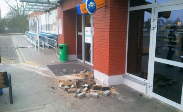 PO bankomacie została zniszczona kostka brukowa, na której był zamontowany (fot. Krystyna Rymaszewska)