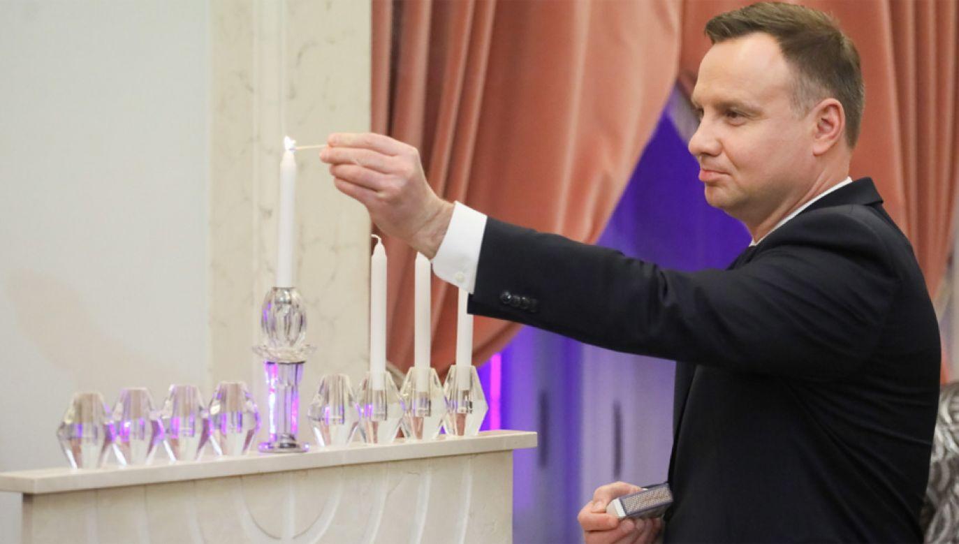 Prezydent Andrzej Duda podczas uroczystości zapalenia świec chanukowych (fot. PAP/Paweł Supernak)