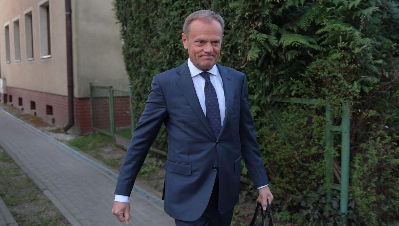Donald Tusk przed wyjazdem do Warszawy na przesłuchanie (fot. PAP/Adam Warżawa)