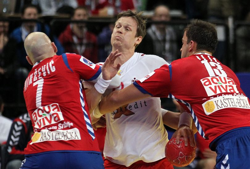 Kasper Sondergaard przedziera się przez defensywę Serbów (fot. PAP/EPA)
