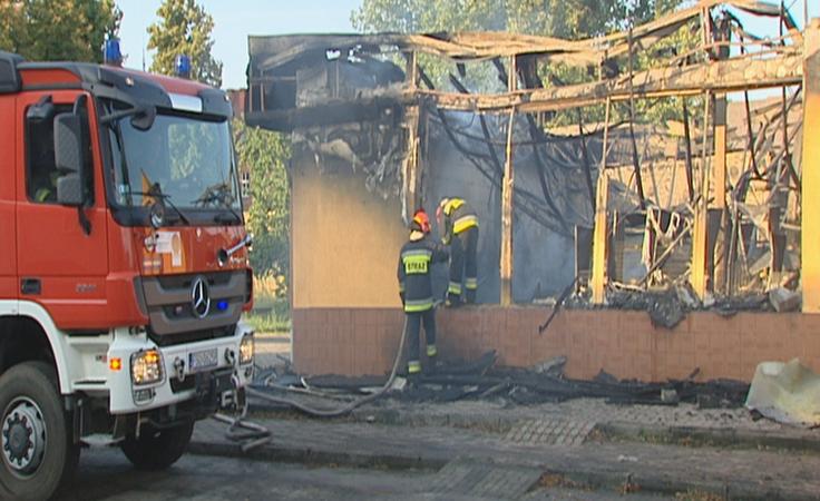 Spłonął sklep. Strażacy walczyli z ogniem kilka godzin