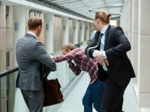 Sprowokowany adwokat uderza Krzyśka w twarz... (fot. Mateusz Wiecha/TVP)