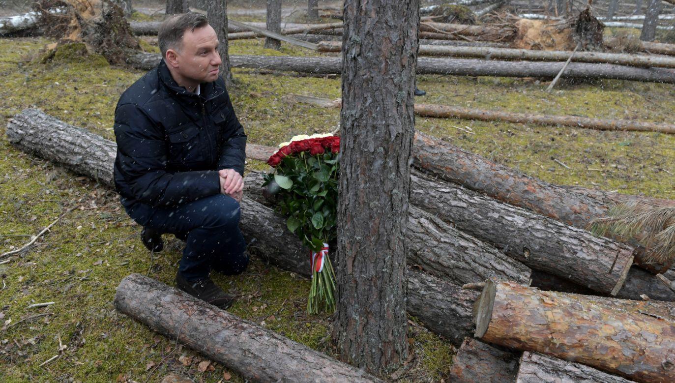 Prezydent Andrzej Duda złożył kwiaty w okolicy miejsca, w którym zginęły dwie przygniecione drzewami nastoletnie harcerki. (fot. PAP/Adam Warżawa)