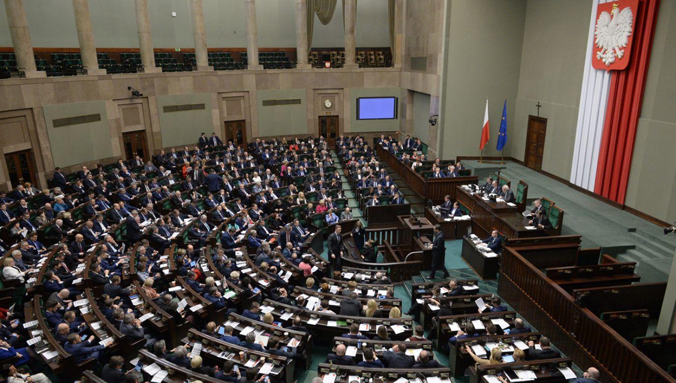 Posłowie podczas bloku wieczornych głosowań w Sejmie (fot. PAP/Marcin Obara)