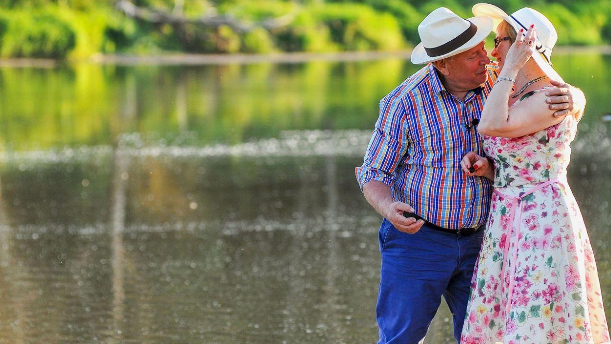 """Dla rolnika życie toczy się dalej. """"Mogę ująć za nóżkę?"""" (fot. TVP)"""