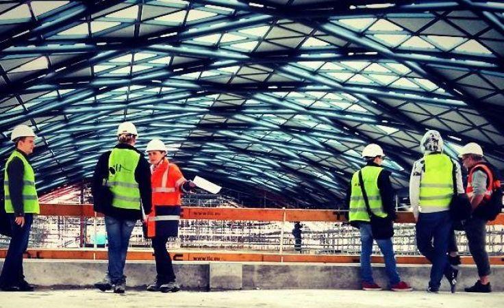 Dach głównej hali nowego dworca - wykonawca ułożył już tam 7,5 tysiąca szklanych i metalowych paneli. Fot. A. Rutkowska/ŁWD
