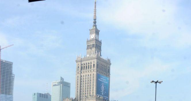 Pod Pałacem Kultury i Nauki trofeum będzie dostębne dla kibiców (fot. PAP/Bartłomiej Zborowski)
