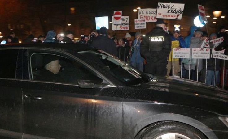 18 grudnia ub.r. kilkadziesiąt osób próbowało zablokować wjazd polityków PiS na Wawel, m.in. Jarosława Kaczyńskiego i premier Beaty Szydło, fot. arch. PAP/Stanisław Rozpędzik