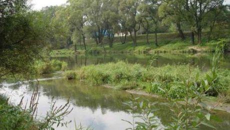 Park będzie położony vis a vis byłego niemieckiego obozu, na przeciwległym brzegu rzeki Soły, fot. auschwitz.org