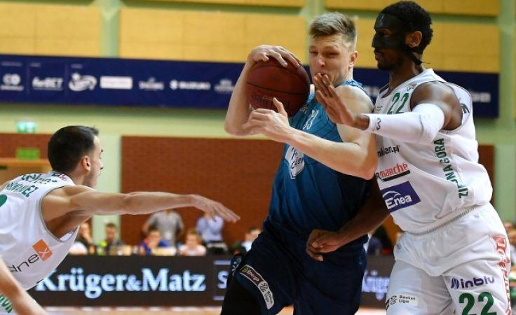 Karol Gruszecki (z piłką), atakowany przez Aleksa Hernandeza i Thomasa Kelatiego, z kolegami z drużyny świętował suckes w PP (fot. PAP/Bartłomiej Zborowski )