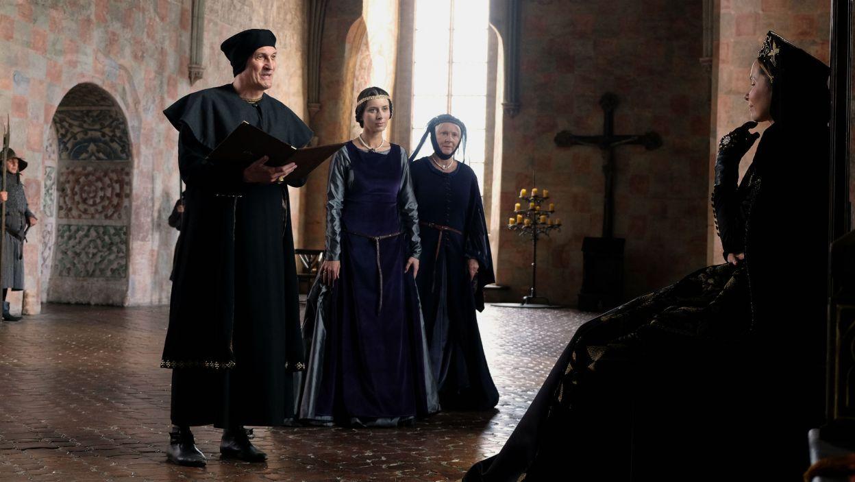 Katarzyna prosi Elżbietę, aby ta pomogła rozwiązać spór między królami (fot. TVP)