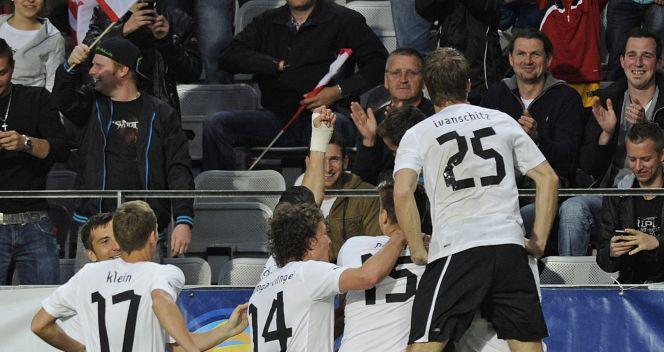 Austriaccy piłkarze cieszą się ze zdobycia bramki (fot. PAP/EPA)