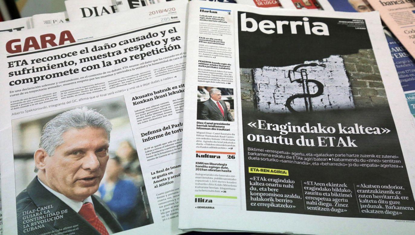 """Baskijskie gazety """"Gara"""" i """"Berria"""" z komunikatem ETA z prośbą o wybaczenie  (fot. PAP/EPA/Gorka Estrada)"""