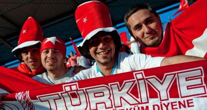 Tureccy kibice cieszący się ze zwycięstwa swoich piłkarzy (fot. PAP/EPA)