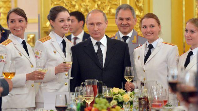 Władimir Putin spotkał się z absolwentami uczelni wojskowych (fot. PAP/EPA/ALEXEI DRUZHININ)