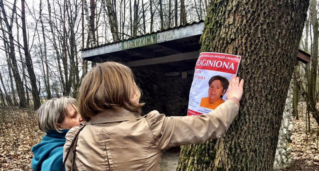 Rodzina przywiesza plakaty zaginionej w okolicy