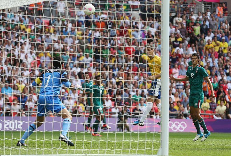 W ten sposób Oscar zmarnował w ostatnich sekundach meczu doskonałą okazję do wyrównania (fot. Getty Images)