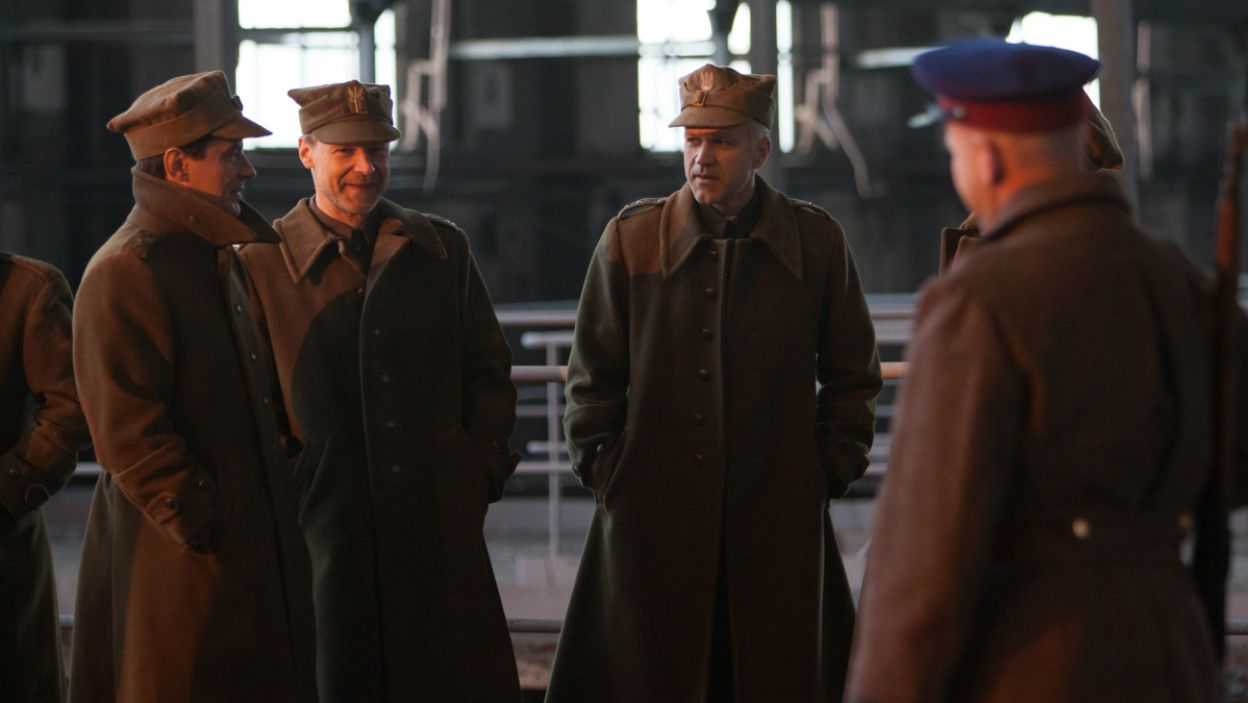 Spektakl ukazuje patriotyczną postawę polskich oficerów, więzionych w sowieckim obozie jenieckim (fot. A. Woodley/TVP)