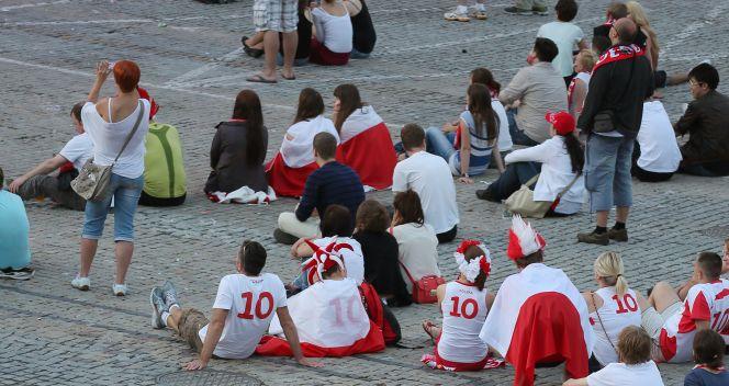 Kibice wygodnie rozsiadali się przed telebimami (fot. PAP/Paweł Supernak)