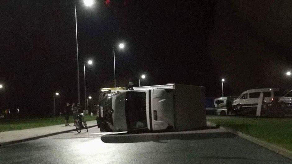 Przewrócone auto we Wrześni (fot.Twoje Info/Jarek)