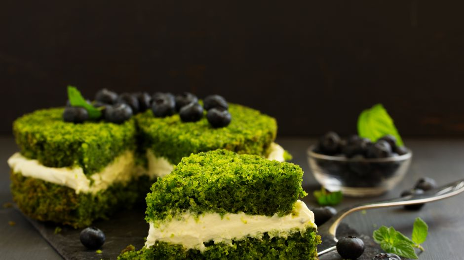 Połączenie szpinaku i borówek to duet doskonały (fot. Shutterstock)