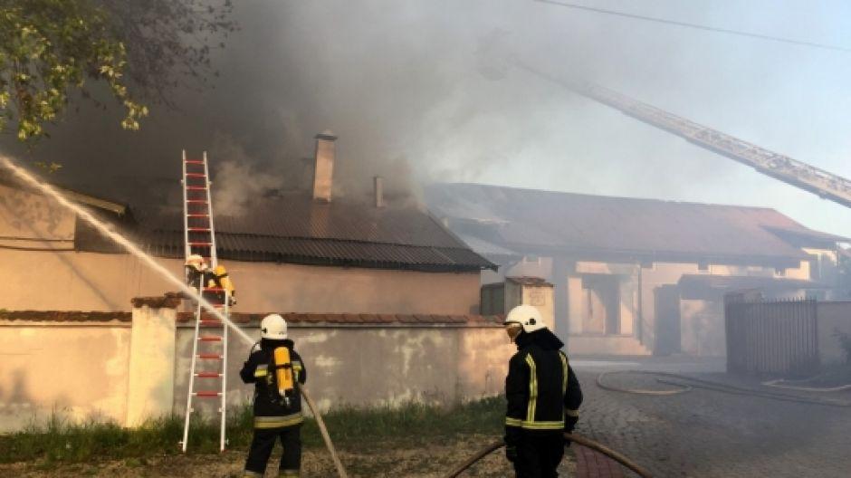 Pożar w masarni Janpol w Chmielniku. Ewakuowano załogę. Zdjęcie: Jarosław Kubalski, Radio Kielce