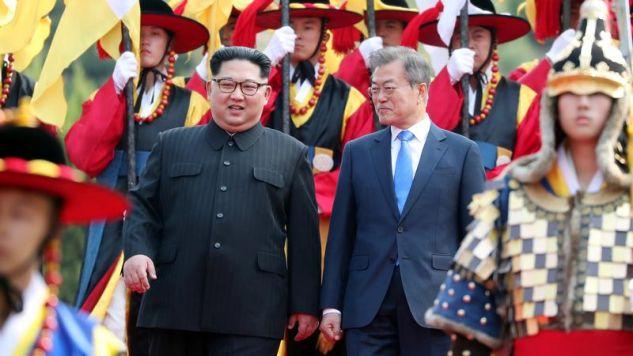 Mun przywitał Kima o 9.30 rano czasu lokalnego w Panmundżomi(Korea Summit Press Pool/Pool via Reuters)
