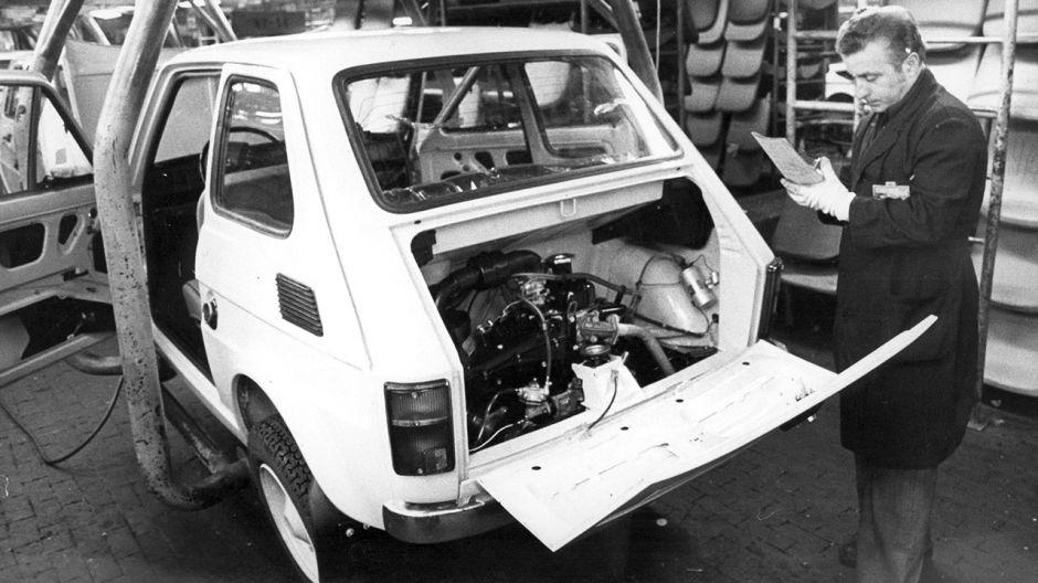 Fabryka samochodów małolitrażowych w Bielsku-Białej. Wydział montażu samochodów Fiat 126p (fot. PAP/Andrzej Baturo)