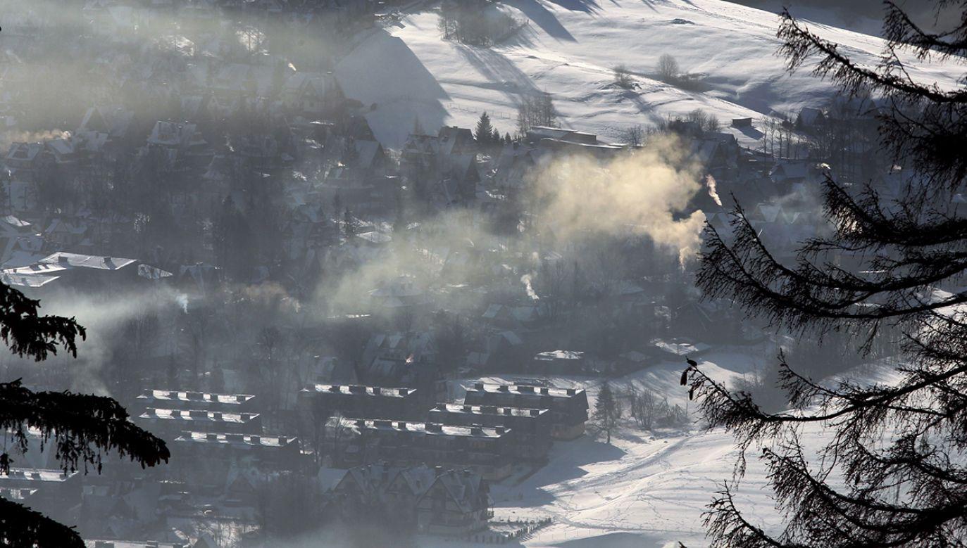 Dymiące kominy i smog nad Zakopanem (fot. arch. PAP/Grzegorz Momot)
