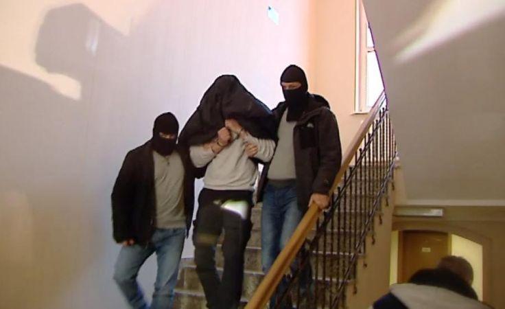 Czterech policjantów w rękach policji.