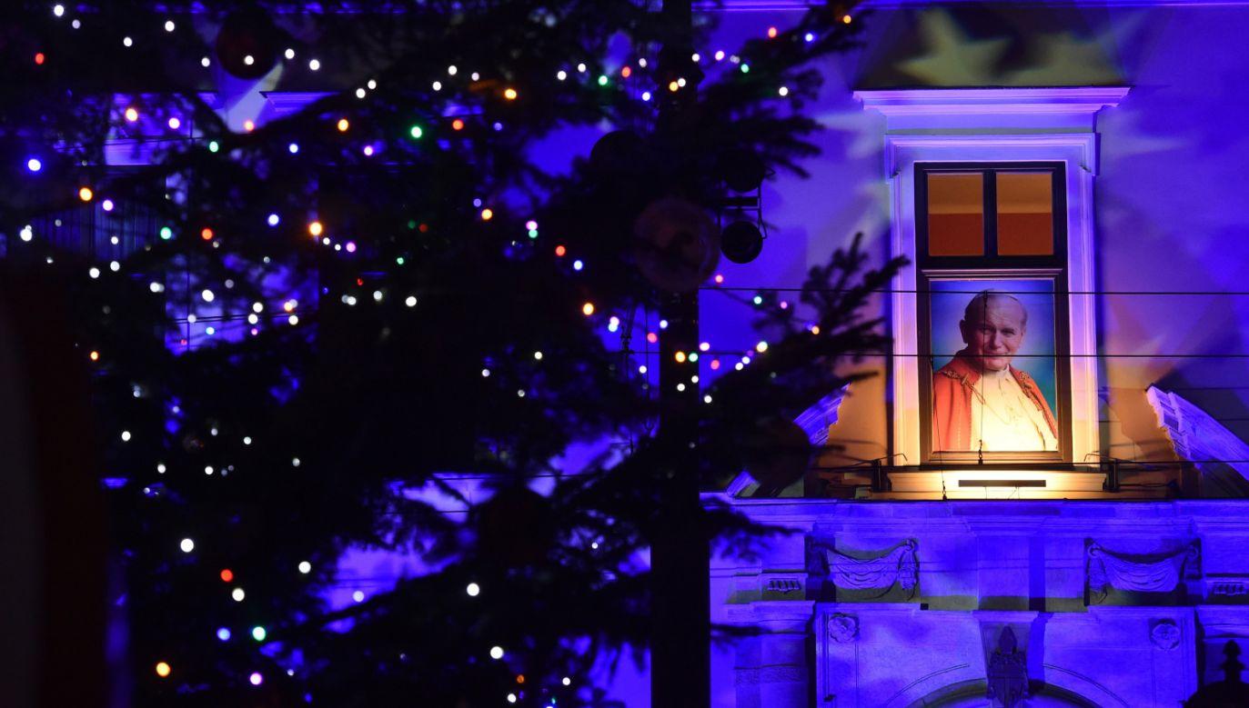 Tradycyjna choinka świąteczna rozbłysła pod oknem papieskim, na skwerze przy ulicy Franciszkańskiej w Krakowie (fot. PAP/Jacek Bednarczyk)