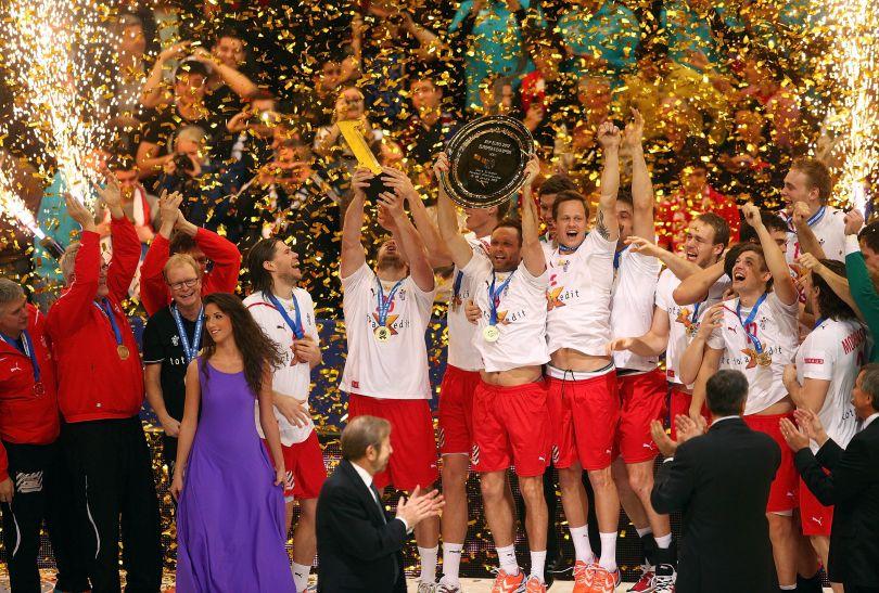 Duńscy piłkarze ręczni z trofeum za mistrzostwo Europy (fot. PAP/EPA)