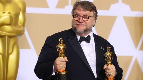 Guillermo del Toro odebrał statuetki za najlepszy film oraz za reżyserię (fot. REUTERS/Mike Blake)