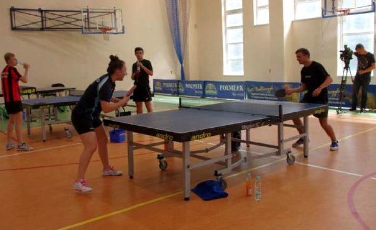 Młode tenisistki trenują przed mistrzostwami Starego Kontynentu
