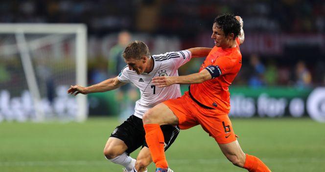 Starcie Bastana Schweinsteigera z Markiem van Bommelem (fot. Getty Images)