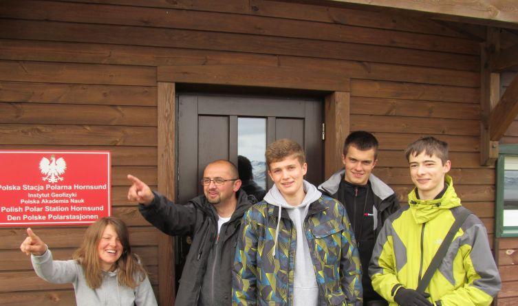 Chyba każdy chciałby sobie zrobić zdjęcie przed Polską Stacją Polarną Hornsund...
