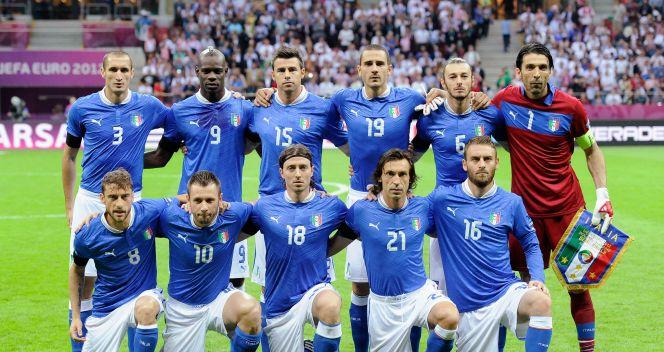 Włoscy piłkarze przed meczem z Niemcami (fot. Getty Images)