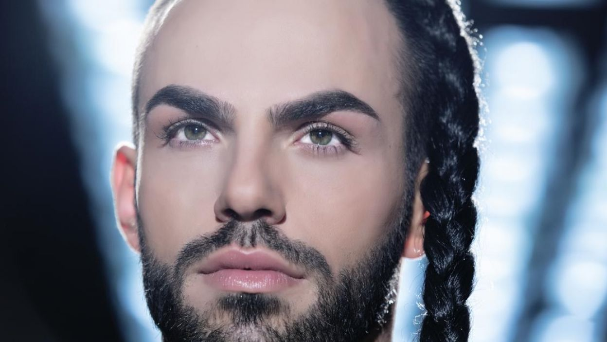 """Slavko Calezic, Czarnogóra, jest związany z teatrem, brał udział w """"X Factor"""", nie je mięsa i kocha sztukę. Jego piosenka na Eurowizję to """"Space"""" (fot. Eurovision.tv)"""