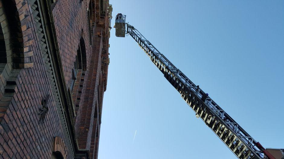 Strażacy zabezpieczają krzyż na Klasztorze Redemptorystów w Krakowie (1)