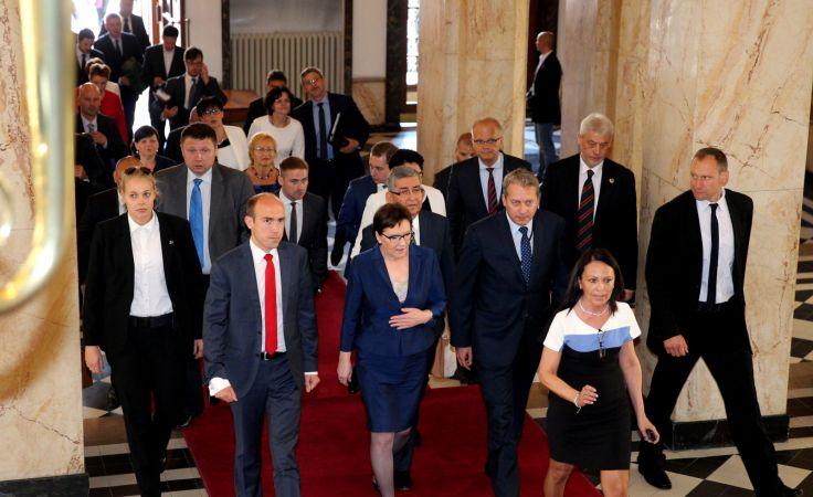 Premier Ewa Kopacz w drodze do Urzędu Wojewódzkiego w Katowicach. fot. PAP/ Andrzej Grygiel