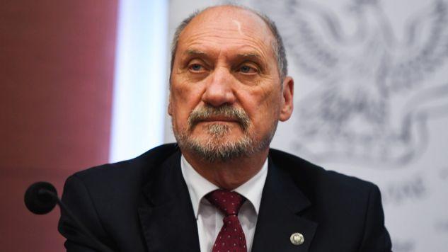 Szef MON przypomniał, że aneks został w 2007 r. przekazany prezydentowi  (fot. PAP/Bartłomiej Zborowski)
