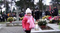 Mała patriotka na cmentarzu w Nowej Wsi Wielkiej (fot. Bożena Sas)