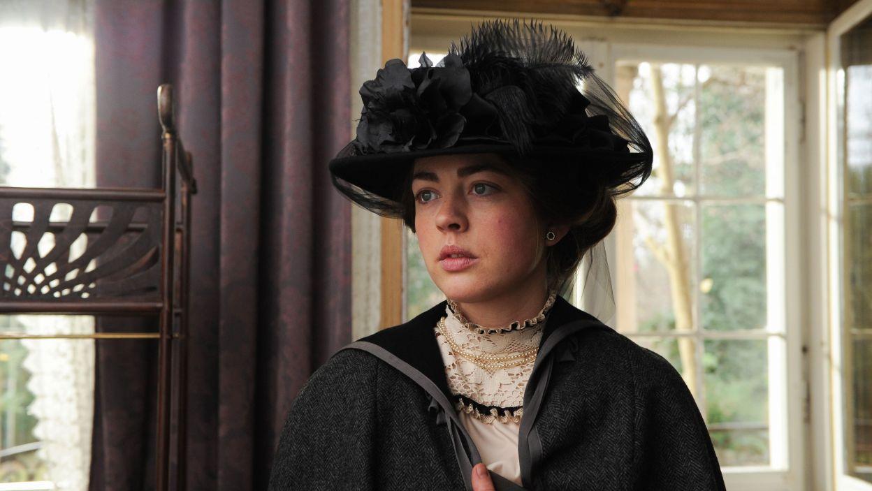 Maria – w tej roli Małgorzata Kocik – kontrastując z Heleną, jest uosobieniem uczciwej, poważnej i samodzielnej emancypantki (fot. N. Młudzik/TVP)