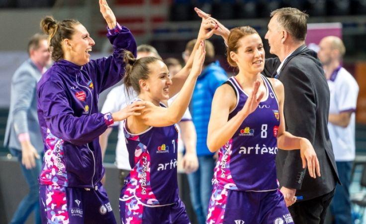 Koszykarki Artego z trenerem Herktem cieszą się z awansu do czołowej czwórki BLK (PAP/Tytus Żmijewski)