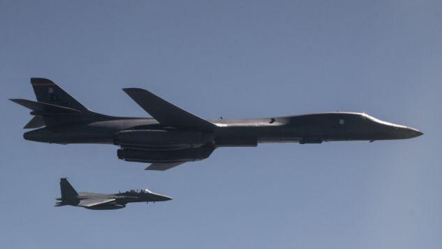 Bombowce B-1B Lancer leciały w eskorcie myśliwców (fot. PAP/EPA/US AIR FORCE/CAPT. MIKE KARNES)