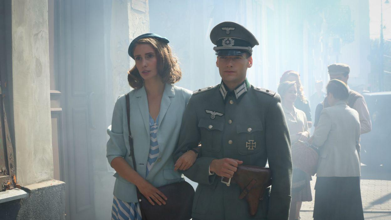 Niespodziewanie to jednak Marysia wychodzi z restauracji z przystojnym oficerem Franzem (fot. TVP)