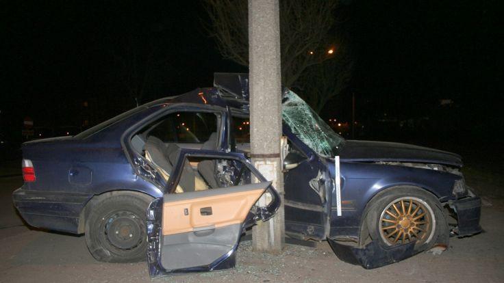 """Kierowca BMW """"zatrzymał się"""" na słupie"""