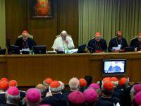 """""""Przygnębiający i zawstydzający spektakl"""". Włoska prasa o podziałach na synodzie"""