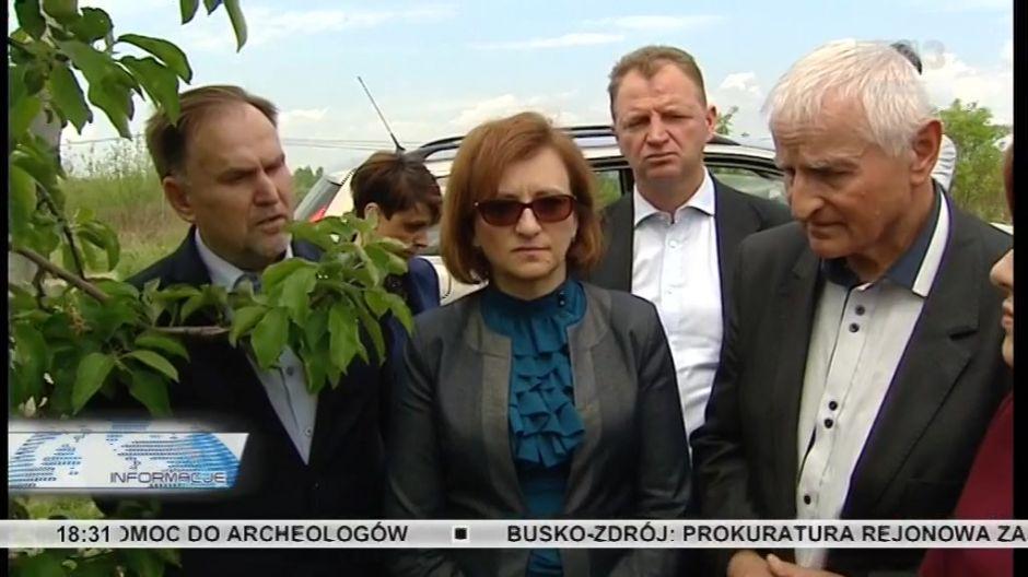 Sadownicy twierdzą, że blisko 80 procent zawiązków owoców zostało uszkodzonych przez zimna, sady nie były w większości ubezpieczone, wojewoda Agata Wojtyszek, (w środku) zapowiada pomoc rządową.