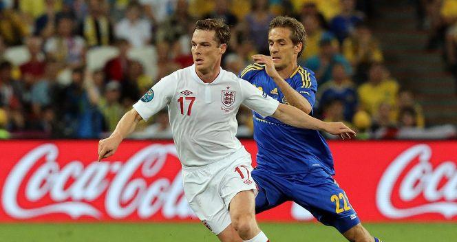 Scott Parker (L) i Marko Dević (fot. PAP/EPA)